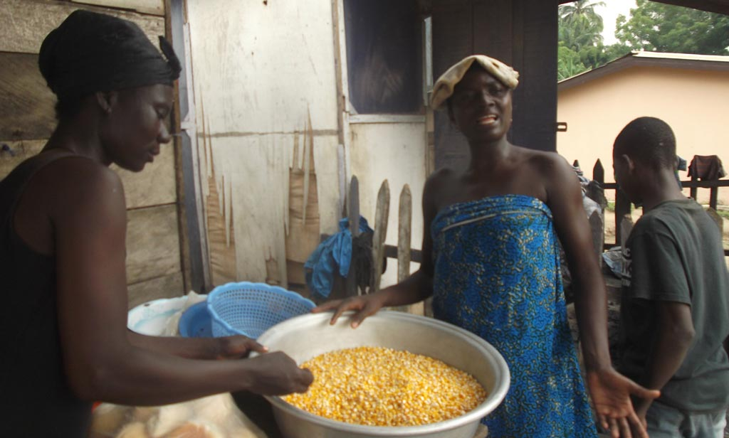 Picture of sisters Akosua Benewa and Yaa Kwabea trading orange maize in Amanase.